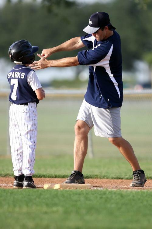 beisbolas,treneris,beisbolo treneris,mažoji lyga,mažos lygos treneris,Sportas,sportininkas,berniukas,laukas,jaunimas,uniforma,vaikas,Patinas,vadovavimas,mokyti,Hitter,žaidimas,komanda,žaidėjas