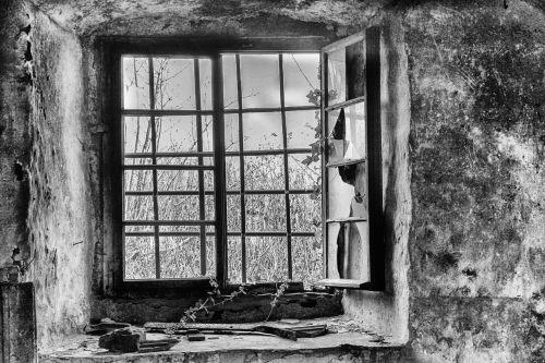 rūsyje,keller,grotelės,pasibaigė,perspektyva,senas pastatas,senas,nuleisti,plikas,sugadinti,senas langas