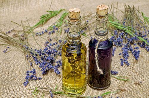 vonios aliejus,aliejus,levanda,kvepianti aliejus,eterinis,aromaterapija,homeopatija,ramina,levandų gėlių aliejus,aromatingas,natūralus produktas,terapija,sveikata,į sveikatą,priežiūra,gerovė,harmonija,natūropatas,Stikliniai buteliai
