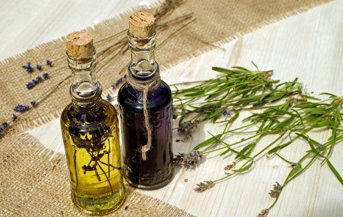 vonios aliejus,aliejus,levanda,kvepianti aliejus,eterinis,aromaterapija,homeopatija,ramina,levandų gėlių aliejus,aromatingas,natūralus produktas,terapija,sveikata,į sveikatą,priežiūra,gerovė,harmonija,aromatas,natūropatas,Stikliniai buteliai