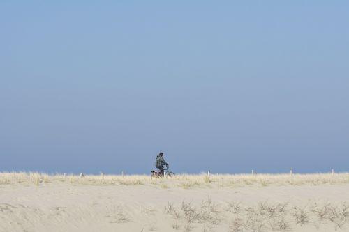 papludimys,kopos,dviračiu,kopos,marram žolė,Nyderlandai,saulė,smėlis,jūra,mėlynas dangus,kraštovaizdis,Šiaurės jūra,gamta,kranto,pakrantė,Smėlėtas paplūdimys,nuostabus paplūdimys,judėti,sportas