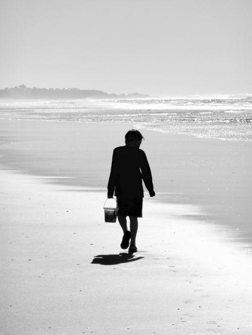 papludimys,berniukas,vaikas,vasara,atostogos,vaikas,laisvalaikis,ieškoti,mielas,lauke,atrodo,siluetas,juoda ir balta