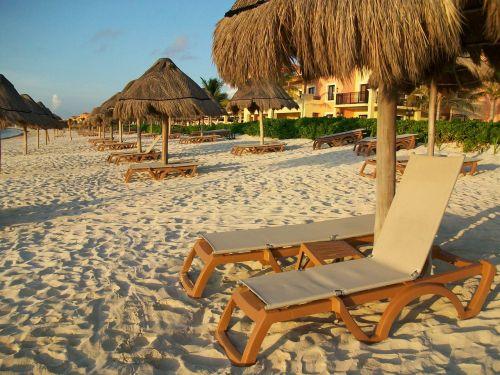 papludimys,poilsis,atsipalaiduoti,smėlis,poilsio kėdė,palapas,šventė,saulėlydis,horizontas,Meksika,cancun