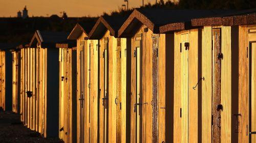 paplūdimio nameliai,saulėlydis paplūdimyje,paplūdimio namelių eilė,turizmas,pajūryje,oranžinė,nameliai