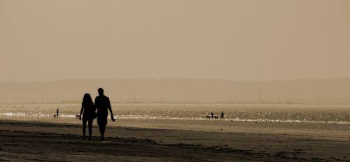 papludimys, vandenynas, jūra, smėlis, kranto, pakrantės, Krantas, žmonės, pora, meilė, mėgėjai, rankos, ūkis, vaikščioti, vaikščioti, vaikščioti, pasivaikščiojimas, sepija, juoda & nbsp, & amp, & nbsp, balta, paplūdimio mėgėjai pasivaikščioti