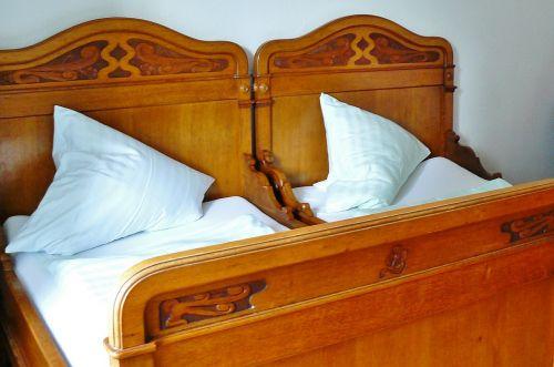 lova,medinė lova,miegamasis,miegoti,nostalgija,kambarys,apgyvendinimas,miegamoji vieta,Senovinis,dvigulė lova,Patalynė,pagalvė,mediena,drožyba,antikvariniai daiktai,vieta miegoti