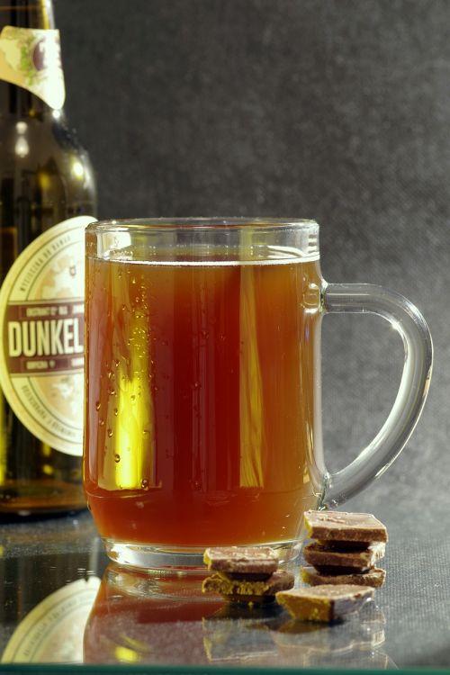 alus,tamsi,pinti,taurė,alkoholis,karamelė,šokoladas,mušas,gaivus,kvieciai,šaltas,gėrimas,troškimas,butelis,auksinis