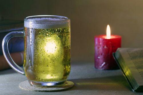 alus,aišku,pinti,taurė,gėrimas,troškimas,šaltas,gaivus,auksinis,atsipalaidavimas,vakaras,atsipalaidavimas,knyga,žvakė,ramybė,sušaldyta,burbuliukai,mušas,alkoholis,pilnas