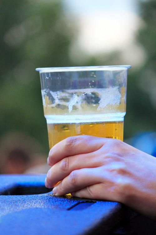 alus,festivalis,taurė,plastikiniai puodeliai,gerti,alaus puodelis,vakarėlis,ranka,vasaros festivalis,žmogus,muzikos festivalis,šventė,gyvenimo džiaugsmas,linksma,malonumas,liaudies šventė,laisvalaikis