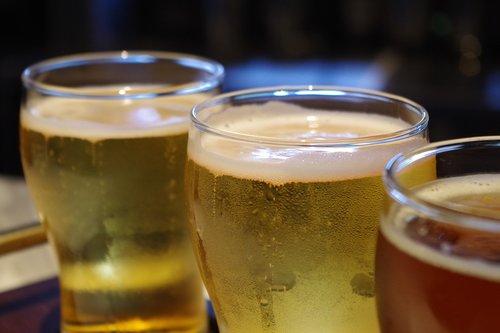 alus, stiklo, po darbo, gerti, alkoholio, gėrimai, atgaiva, Prostas, šventė, troškulys, alaus sode, troškulys malšintojas, alkoholio, alaus darykla, bar, paruošta, švesti, skrudinta duona, Gyvenimo būdas, Antakių, putos, Alus stiklo, paliesti