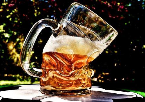 alus, Alus stiklo, deformuotis, sulenkta, juokinga, alaus sode, šviesos alaus, gerti, troškulys, stiklo puodelis, atgaiva, alaus bokalas, alaus gėrimas, troškulys malšintojas, stiklo, Prostas, skanus, Bavarijos, puodelis, kviečių alaus, skystis, sėdėjo, Alaus bokalai, lentelė