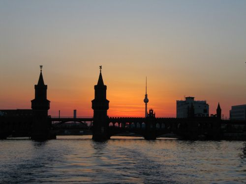 Berlynas,oberbaumbrücke,abendstimmung,šurprizas,tv bokštas,garlaivis,vanduo