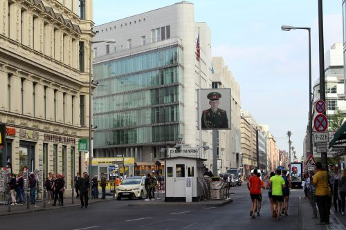 Berlynas,checkpoint charlie,Berlyno sienos muziejus,friedrichstraße,gatvės scenos,istoriškai,usa,ddr,sienos apsaugos pareigūnai,sektoriaus riba,turistų atrakcijos,sienos apsaugos tarnyba,buvusi GDR riba,pasienio namas,sienos,Vokietija,miestas,kapitalas