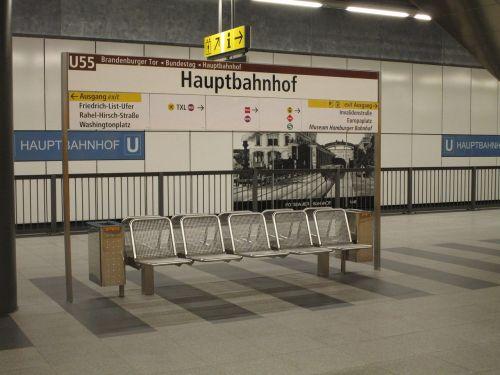 Berlynas,Centrinė stotis,skydas,Berlyno centrinė stotis,traukinių stotis,Vokietija,kapitalas,metro,metro,metro stotis,stotis,sustabdyti,geležinkelio bėgiai,platforma,transportas,u55,tu,55,bankas,sėdynė,laukiamasis,laukti,katalogas,šiukšlių dėžė,Šiukšlių dėžė
