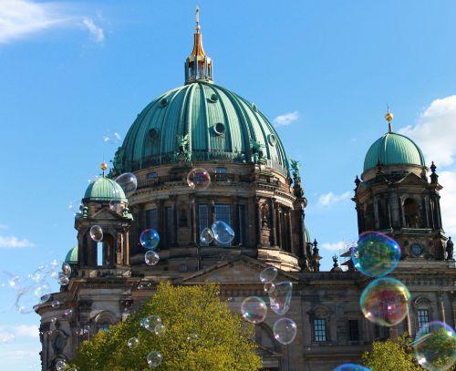 Berlyno katedra,katedros kupolas,dangus,mėlynas,Berlynas,kapitalas,lankytinos vietos,istoriškai,pastatas,architektūra,Vokietija,senas,bažnyčia,kupolas,miestas,muilo burbuliukai