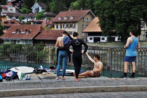 Bernas, tiltas, Surf, Ekstremalus sportas, susitikimo vieta, upė, architektūra, Panorama, amžiaus tiltas, išėmos, Peržiūrėti, Miestas, miesto panorama, senamiestis, townhouses, grupė, personažai, Ekstremalus sportas, miesto aglomeracija, Šveicarija, Gatvė, pastatai, Turizmas, namai, kostiumas