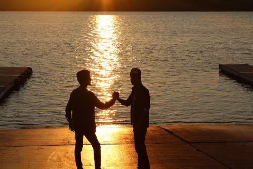 Geriausi draugai,draugai,Draugystė,rankos,saulėlydis,vakaras,pažadas