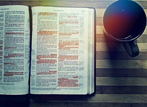 Biblija,kava,skaitymas,gerti,knyga,stalas,medinis,krikščionis,Evangelija,religija,arbata,šventas,Raštas,gėrimas,gerti