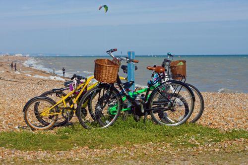 dviratis, dviračiai, dviratis, dviračiai, pastatytas, pajūryje, kranto, pakrantės, jūra, vandenynas, vanduo, šventė, vaizdas, nuotrauka, lauke, dviračiai prie jūros
