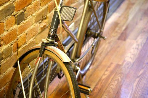 dviratis,kelionė,dviratis,turizmas,senas,retro,miestas,gatvė,vintage,Grunge,gabenimas,patalpose,patalpose,ratas,transportas,važiuoti,ciklą,hipster,padanga,miesto,įrankis,mada,dviratininkas,rėmas,fiksuotas,dviračiu,pedalas,ruda,fitnesas,lauke