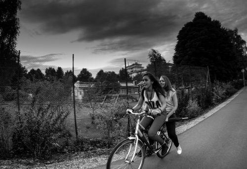 dviratis,mergaitė,debesuotumas,dviračiu