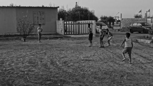 juoda,juoda balta,juoda ir balta,nuotrauka,fotografija,vaikai,rutulys,futbolas,Sportas,kaimas,vasara,žaidimai