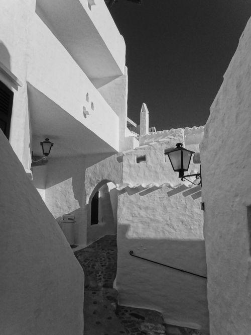 juoda ir balta,juoda,juoda ir balta nuotrauka,sw,architektūra,balta,pastatas,viniveca,menorka,Ispanija,kaimas,alėja