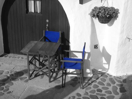 juoda ir balta,juoda,juoda ir balta nuotrauka,sw,architektūra,balta,pastatas,viniveca,menorka,Ispanija,kaimas,alėja,mėlynas,kėdė,nuotaikos natiurmortas,Viduržemio jūros