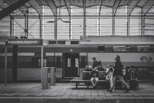 juoda ir balta,žmonės,sėdi,laukimas,vyrai,moterys,geležinkelis,stotis,pastatas,struktūra