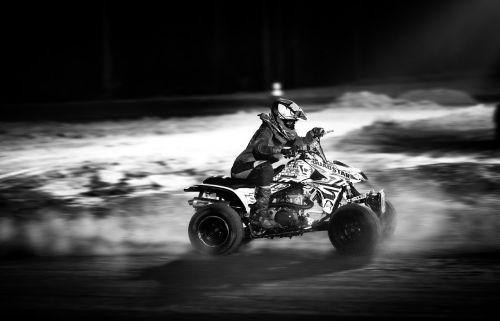 juoda ir balta,ATV,naktinis lenktynes,lenktynės,dulkės,purvas,offroad,variklis,quad,padanga