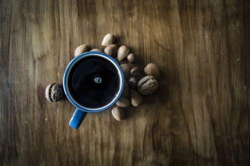 kavos & nbsp, - & nbsp, gėrimas, juoda & nbsp, kavos, stalas, taurė, tiesiogiai & nbsp, aukščiau, aukščiau, pusryčiai, stalas, espresso, rytas, puodelis, medis & nbsp, - & nbsp, medžiaga, aromaterapija, menas & nbsp, kultūra & nbsp, pramogos, juoda & nbsp, spalva, šviesus, ruda, kavinė, kofeinas, kavos & nbsp, pertrauka, juoda kava