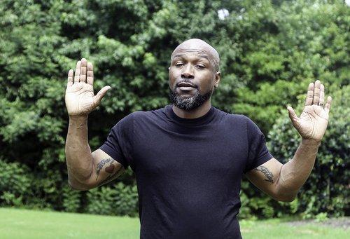 juodas vyras, afroamerikietis, rankas aukštyn, Vidutinio amžiaus vyras, vyras su tatuiruotėmis