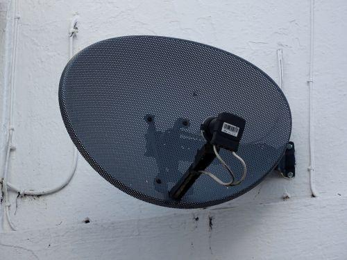 palydovas, patiekalas, palydovai, patiekalai, imtuvas, imtuvai, antenos, antena, antena, antenos, transmisija, transmisijos, perduoti, transliuoti, transliacijos, transliuotojas, transliuotojai, juoda palydovinė antena ant pastato