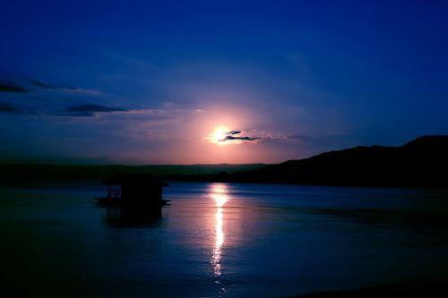 saulėlydis, apsvaiginimo & nbsp, saulėlydis, gražus & nbsp, saulėlydis, vandenynas, jūra, apmąstymai, jūra ir nbsp, kranto, jūra & nbsp, vėjas, smėlis, plūduriuojantis & nbsp, namas, debesys, gamta, Debesuota, saulės šviesa, vasara, saulė ir nbsp, spinduliai, valtis, objektas, papludimys, peizažas, mėlynas saulėlydis fonas