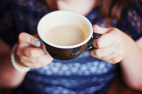 blur,pusryčiai,kofeinas,cappuccino,Iš arti,kava,kavos puodelis,kavos gėrimas,kavos puodelis,taurė,puodelis kavos,gerti,nagai,putos,dėmesio,karštas,patalpose,pienas,puodelis,nagų lakas,stalas,arbata,šiltai