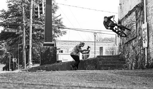 bmx,Šiaurės Karolina,fotoaparatas,filmavimas,dviračiai,juoda ir balta,gatvė,grime,mušti,sąjungininkas,filmas,nuotrauka,nuotrauka,vyras,dviračiu,dviratis,suaugusieji