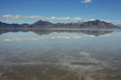 Bonnevilio druskos butai,Utah,Bonnevilis,druska,amerikietis,gamta,butas,ežeras,pavasaris,užtvindytas,potvynis,vanduo,druska,kelionė,atstumas,kalnai,dangus,atspindys,vaizdingas,natūralus,kalnas,lauke,mėlynas,diena,šviesus,atostogos,kelionė,debesis,horizontas,nuosėdos,kelionė,nuotykis
