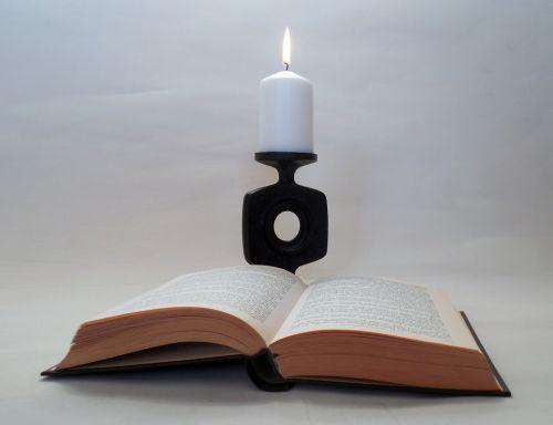 knyga,skaityti,literatūra,knygų puslapiai,puslapiai,žvakė,žvakidė,žvakių šviesa