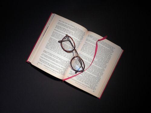 knyga,skaityti,akiniai,literatūra,puslapiai,knygų puslapiai,mokytis,šrifto