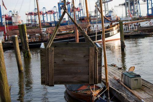 dėžė,uostas,transportas,krūvos dėžės,spalvinga,krantinė,uosto scena,žuvis,nuotaika