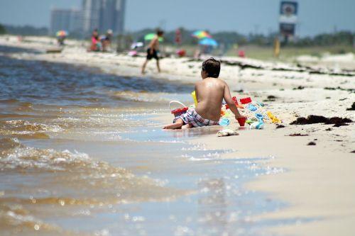 berniukas,papludimys,žaisti smėlyje,vasara,žmonės,vanduo,smėlis,plastmasinis,žaislai,žaisti,kastuvas