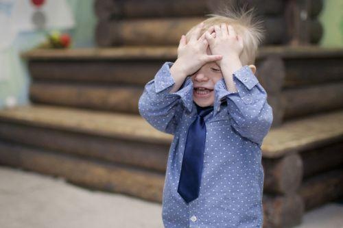 berniukas,padengiantis veido,berniukas,kaklaraištis rankos,emocijos,kūdikis,asmuo,gražiai,linksma,laimingas berniukas,vaikystę