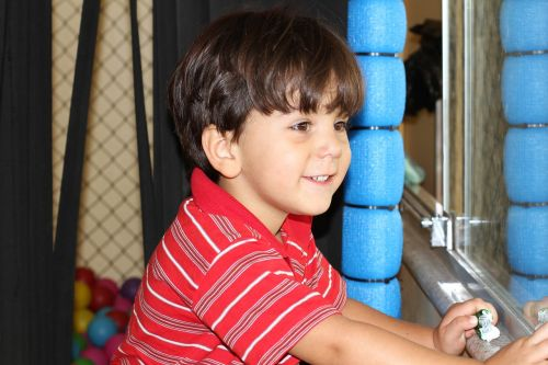 berniukas laimingas,džiaugsmas,žaisti,viskas kas geriausia,vaikas žaidžia,linksma,laimė,berniukas,laimingas berniukas,laimingi vaikai,parkas,šypsena