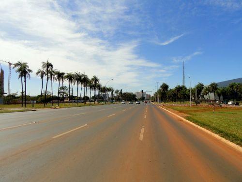 brasilia,Brazilija,kelias,gatvė,žemės lygis,dangus,debesys,delnus,palmės,raudona molio,purvas,tropikai,atogrąžų,vaizdingas
