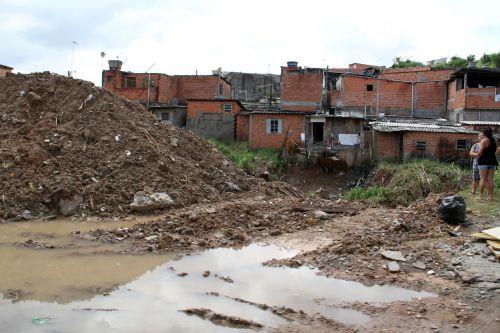 Brazilija,Carapicuiba miestas,Favela Brazilija,bendruomenė be gatvių šaligatvių,peizažas,kulto de sac,kanalizacija atvirame danguje,Brazilijos tikrovė,reali Brazilija,plash