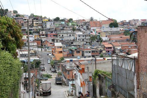 Brazilijos tikrovė,Brazilija,miestas Carapicuiba,favela,lūšna,nėra šaligatvio gatvės,reali Brazilija,netaisyklingos konstrukcijos