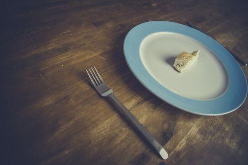 duona,mityba,šakutė,peilis,minimalizmas,plokštė,stalas,medinis,medinis stalas