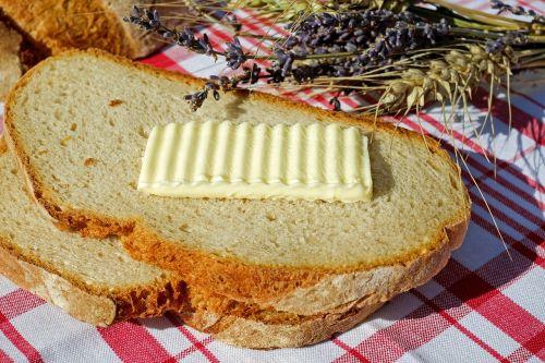 duona ir sviestas,duona,sviestas,gyvūninės kilmės produktas,kalorijos,riebalai,duonos dangalas,natūralus produktas,maistas,mityba,sveikas,žemės meilė,pusryčiai,valgyti,šalies gyvenimas,gamta
