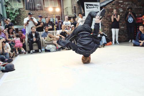Breikas,mūšis,gyvenimas,vyrai,žmonės,veikla,judrumas,lankstumas,judėjimas,jėga,apranga,malonumas,spektaklis,Saunus,požiūris,kontrastas,balansas,įgūdis,gyvenimo būdas,kvadratas,visas ilgis,žmogaus kūno dalis,šokiai,žmogus,galūnė,atlikėjas,šiuolaikiniai šokiai,šiuolaikiška,aukštyn kojomis,viršūnė,fotografija,fizinė veikla,akrobatinė veikla,šokėja,funky,hip hopas