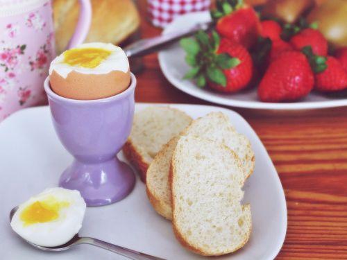 pusryčiai, kiaušinis, virti, braškės, duona, Roll, šaukštas, plokštė, kivi, valgyti, maistas, skanus, trykas, kiaušinio plekšnė, kiaušinių puodeliai, kiaušinio trynys, minkštas, gyventi, skanus